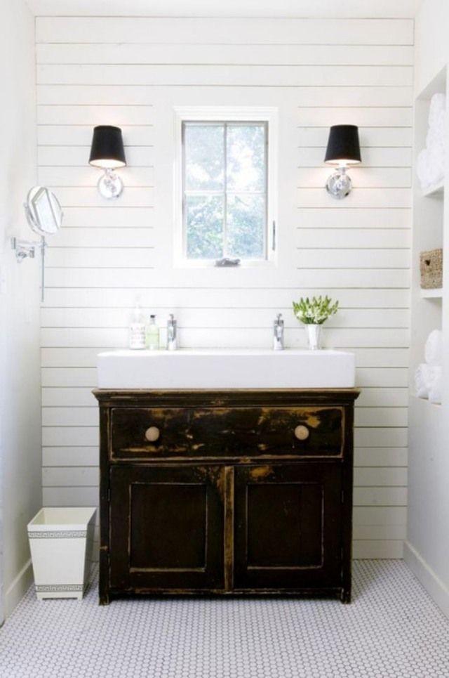 un meuble vasque vintage en bois et un vasque blanc de forme rectangulaire