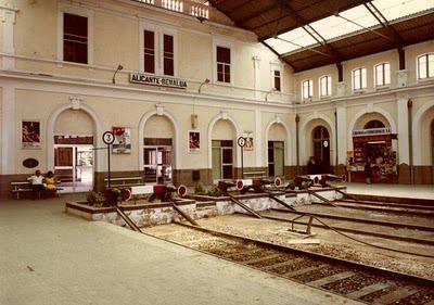 """el año 1885 comienza a construirse una nueva estación, la estación de Alicante – Murcia, más comúnmente conocida como """"La estación de Benalua"""", ya que es el distrito alicantino en el que se sitúa."""