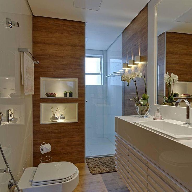 Inspiração para banheiro! Destaque para o porcelanato amadeirado no piso e painel da parede que deu um toque bonito e aconchegante ao ambiente! Adorei @_decor4home Projeto e foto by CARMEM CALIXTO ARQUITETURA