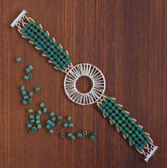Tissé main bracelets personnalisés faits à Fort Worth, au Texas. Livraison gratuite un temps limité !  Tous les bracelets sont fabriqués sur commande. Cette photo représente le style de bracelet (c'est à dire la taille de la fourniture de métal au milieu du bracelet) pas nécessairement la combinaison de couleur. Vous choisirez la couleur et la taille lors de votre commande. S'il vous plaît voir nuancier de référence dans les Photos.  Dimensionnement: Mesurer votre poignet avec un doux…