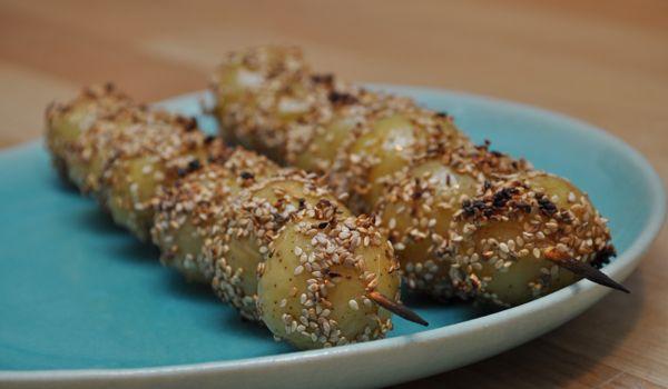 Danmarks bedste kartoffelopskrift er blevet kåret. Vinderopskriften kommer fra en Holbæk-familie og lyder på sprøde kartoffelspyd med sesam og sød chilisauce.