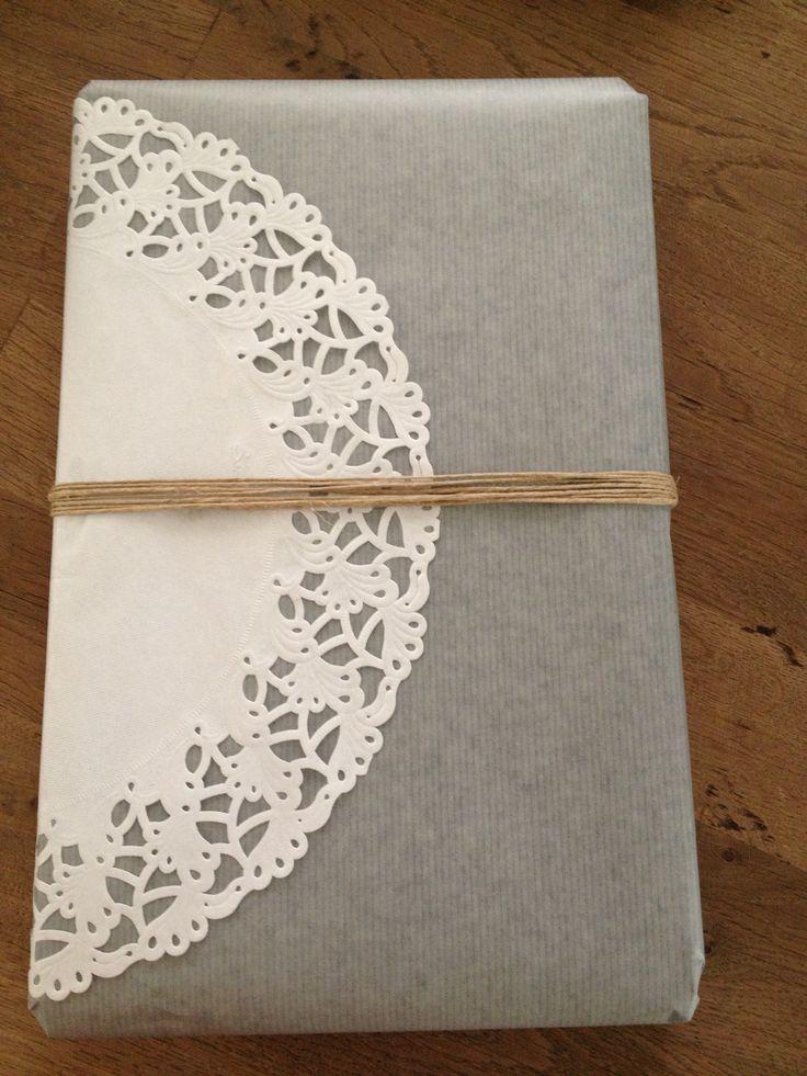 DIY cadeautjes inpakken! Gebruik een onderlegger van taart/cake en lijm deze op het pakpapier. Werk af met touw.