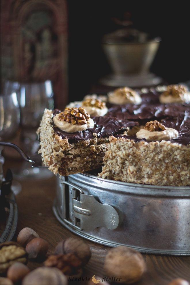 Kolejny tort bezowy w Słodkim Atelier :) Uwielbiam te słodkie bezy za to, że można je robić na wiele sposobów. Z połączeniem orzechów włosk...