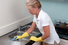 Die Spüle in der Küche kommt täglich mit Wasser in Berührung, was man durch den Schmutz, der sich mit der Zeit ablagert, auch sehen kann. Hier 4 Tipps, wie Sie Ihre Spüle reinigen können.