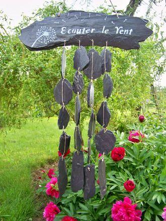 """Carillon original en ardoise naturelle, décor sur les deux faces, à suspendre dans votre jardin. Une face """"écouter le vent"""" avec fleur de pissenlit et graines au vent, et ro - 18242836"""