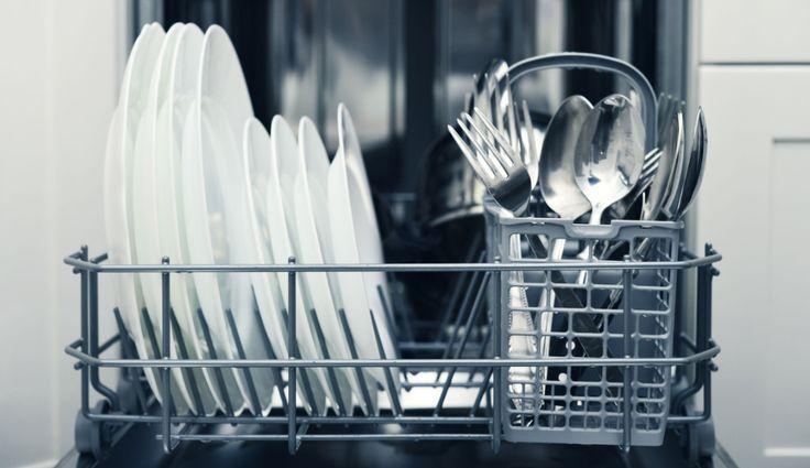 Découvrez notre recette du liquide de rinçage pour le lave vaisselle ! Elle remplace les produits de rinçage industriel et est naturelle !