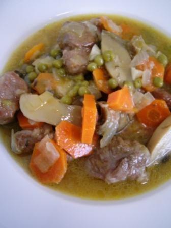 Receta de ternera guisada con verduras o ternera a la jardinera. Guiso de ternera con zanahorias, tomate, cebolla, guisantes y champiñones en salsa.
