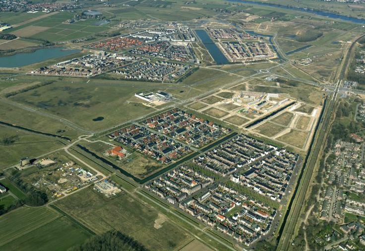 Huidige nieuwbouwwijk, dit bovenaanzicht geeft een goed beeld hoe de indeling van nieuwbouwwijken er uit komen te zien. Desondanks dat het gebouwd is zonder andere bebouwing eromheen heeft het een erg logische structuur.