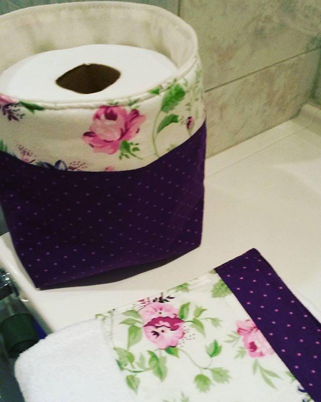 Pra deixar o banheiro bem charmoso!!! Encomende o seu nas cores de sua preferência.  #banheiro #decor #banheirolindo #lavabo #cachepo #toalhadelavabo #organizador #tecidoflores