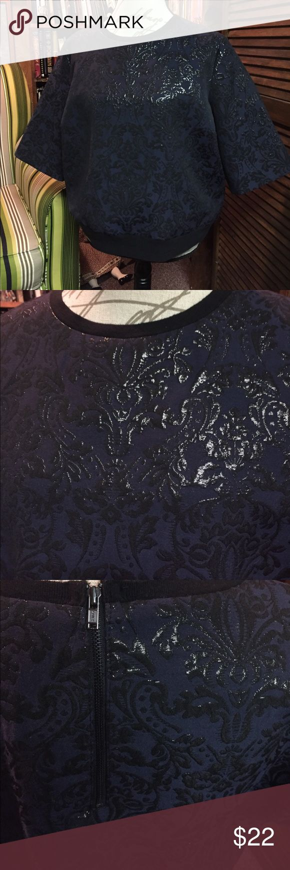 Simply Vera navy shirt with black detailing XL Navy short sleeve top with black detailing on front and back, Size XL. Zipper closure at back neckline, and banded waistline Simply Vera Vera Wang Tops Tees - Short Sleeve