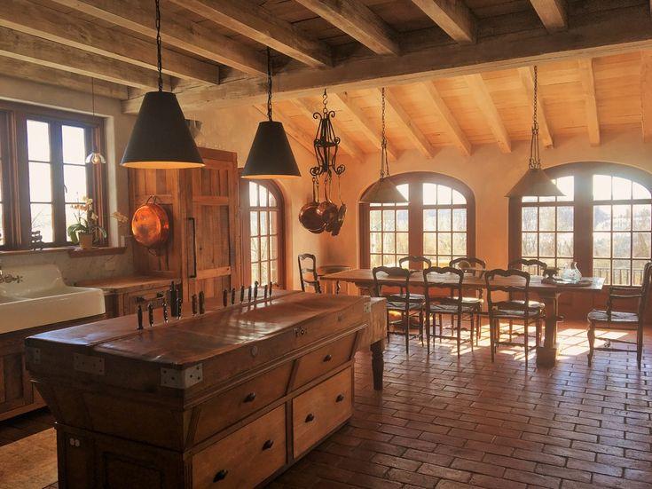 Дизайн кухни в деревенском стиле: чёрный абажур светильников над столом