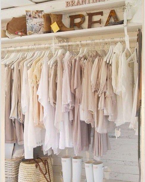 Стиль Прованс ФОРМЫ: Свободный крой свободные юбки блузы иногда брюки. Сарафаны с завышенной линией талии расклешённым подолом полуприлегающей или свободной верхней частью. Часто в области завышенной талии имеется резинка сборка или кокетка. Ажурные кофты.  Длина платьев и юбок миди или макси. ЦВЕТА: Нежные и пастельные тона: светло-салатовый бледно-желтый блекло-розовый сиреневый бежевый кремовый сливочный. Примущественно светлые тона.  Все расцветки обладают нотками серого тона что…