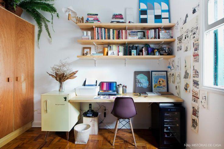 Home office com mesa e prateleiras de madeira pinus e cadeira eames.
