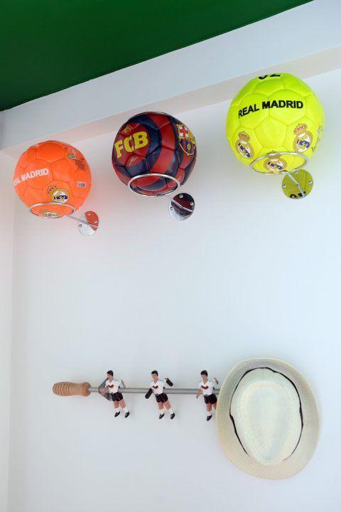 LORENZO é louco por futebol e o desafio aqui era levar essa paixão para a decoração do quarto, sem cair no óbvio. Surpresa! O campo foi parar no teto.