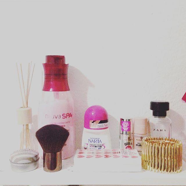 o que tenho sempre à mão. #pinkcorner #girlsstuff #girlythings #makeup #beauty #beautycare #beleza #cuidadoscomapele #zara #boticario #cutest #parfois #tiger #ikea #bloggers #bloggerlife #instablogger #beautyblogger #makeupblogger #essence #nailpolish #nailcare #primark #fashioniconsblog