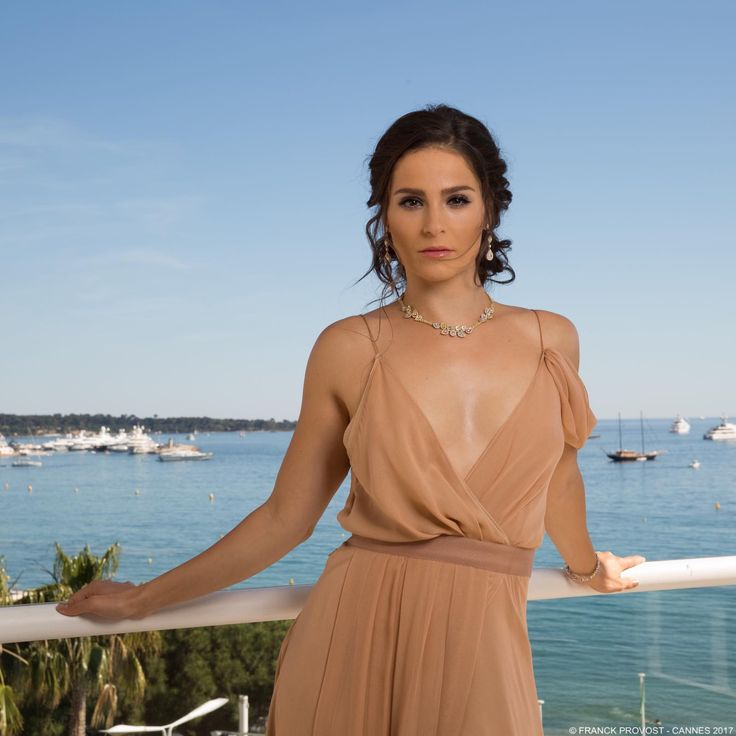 Cannes view with the elegant Gianna Simone ✨ Hair by Carolyn Jayun for #FranckProvost#franckprovost #frenchtouch #beauty #redcarpet #cannesforever #cannes2017