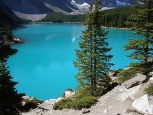 Lago Moraine, Canadá  A região das Montanhas Rochosas canadenses tem algumas das mais belas paisagens da América do Norte. Com águas cristalinas que refletem as árvores e as montanhas e um céu azul intenso, o Lago Moraine, no Parque Nacional de Banff, é um magnífico cartão postal.