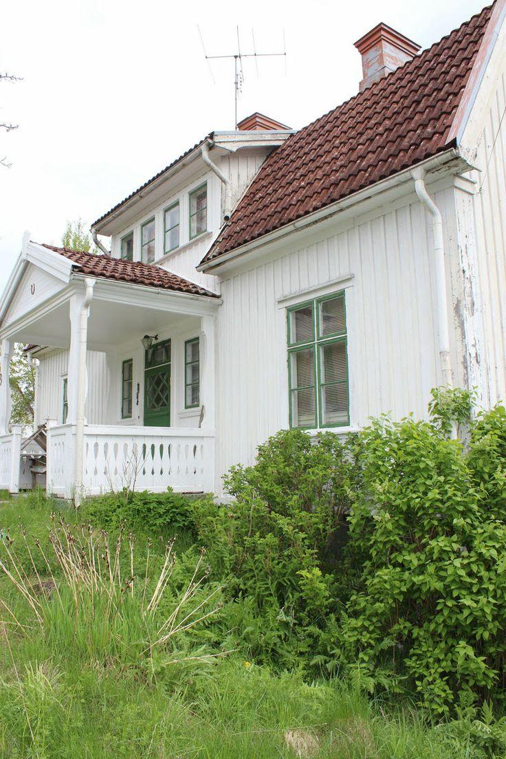 En hall typiskt för ett 1920-tals hus +lista: bevarade detaljer, vacker trappa, ljusinsläpp från sidor-fönster - lista: trång, mörk och svår att inreda.