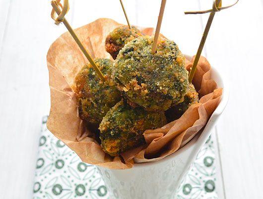 Ricette senza glutine - Cuocete gli spinaci in acqua bollente per circa 5 minuti e metteteli a scolare. Dopo di che, appena si possono toccare, strizzateli più che