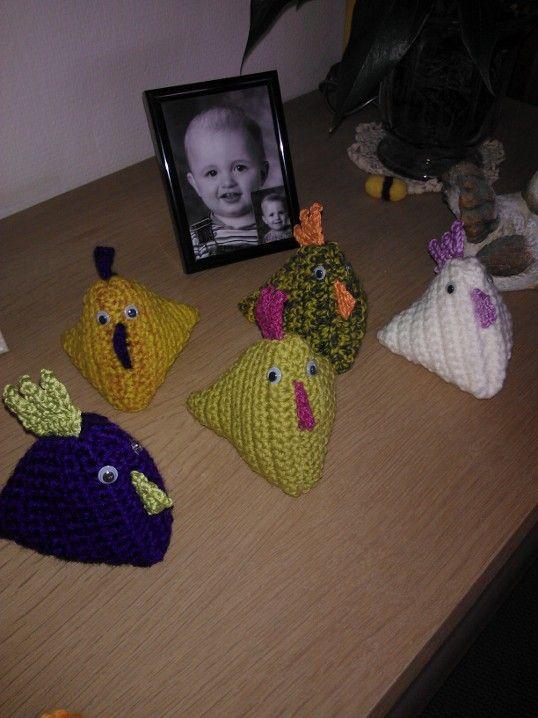 Hæklede kyllinger. Opskriften er herfra: http://muselberg.blogspot.dk/2011/03/diy-hklehns.html
