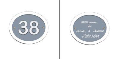 Türschild-Hausnummernschild Oval Keramik blau-grau in den Abmessungen 19x16cm. Eine sehr schöne Grundplatte für eine deutliche Hausnummer oder einen Familiennamen. Auf Wunsch ist das Schild mit einem Messing Klingelknopf erhältlich. Wunchtext für die Gravur ist frei wählbar.