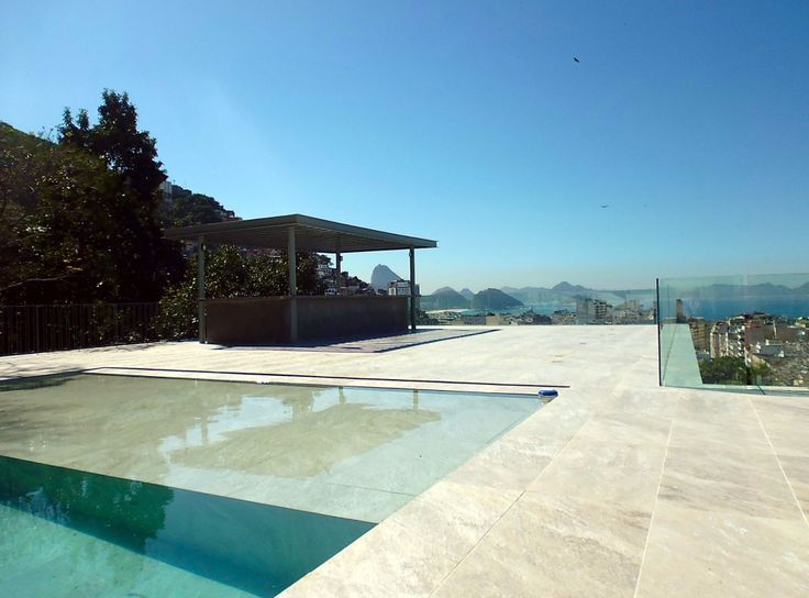 A piscina do hotel Casa Mosquito, no Rio de Janeiro - Brasil, não tem as dimensões das encontradas em resorts do Nordeste. E este é o charme deste hotel boutique com apenas 9 quartos, entre Copacabana e Ipanema: o melhor fica mesmo do lado de fora.