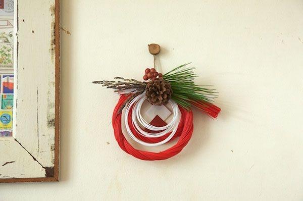 2色の水引を輪にし、花材をプラスしたお飾り。スペースをとらないのもうれしい。/和スタイルの楽しみ方(「はんど&はあと」2013年1月号)
