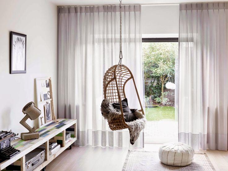 Minkälaiset verhot sopivat moderniin kotiin? Pitkät pellavaverhot, verhokisko katonrajassa, verhoinspiraatio, verhot moderniin kotiin.
