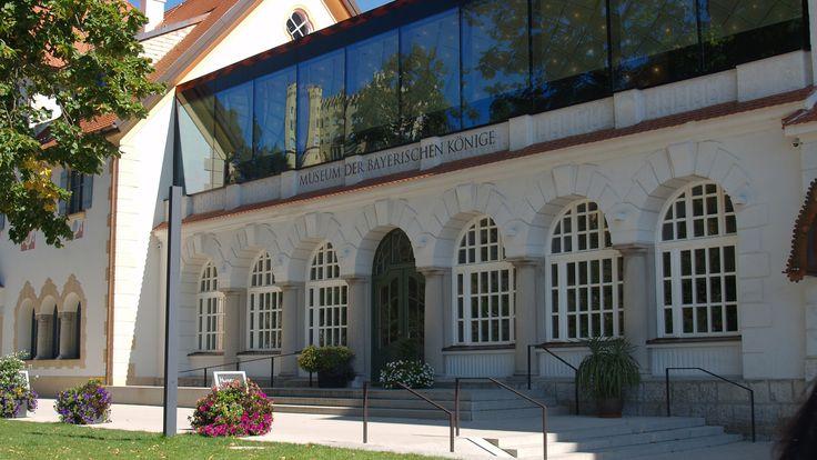 Seit September 2011 ist das Dorf der #Königsschlösser #Hohenschwangau um eine #Attraktion reicher. Denn da wurde das #Museum der #Bayerischen #Könige eröffnet, das sich direkt am #Ufer des #wunderschönen #Alpsees befindet. Das #moderne Museum bedient sich #modernster Technik, um seinen Besuchern #Einblicke in die #Geschichte der #Wittelsbacher #Adelsdynastie zu geben.  http://www.landhaus-koessel.de/de/blog/das-museum-der-bayerischen-koenige-2.html