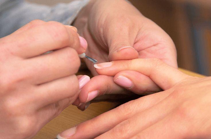 Wil het maar niet lukken om je nagels langer te laten groeien? Gelukkig is er een super eenvoudige oplossing: nagel tips aanbrengen!