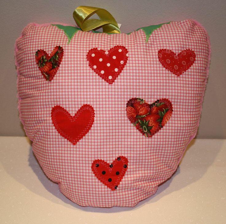 Strawberry pillow in rose mode - Rózsaszín eperpárna http://www.masnimesi.net/products/lila-baranyos-parna/