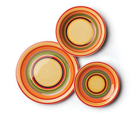 Tijuana style de la Excelsa. Set de farfurii colorate din ceramica decorate cu cercuri multicolore, care include sase farfurii intinse pentru cina, sase farfurii pentru desert si sase farfurii pentru supa.