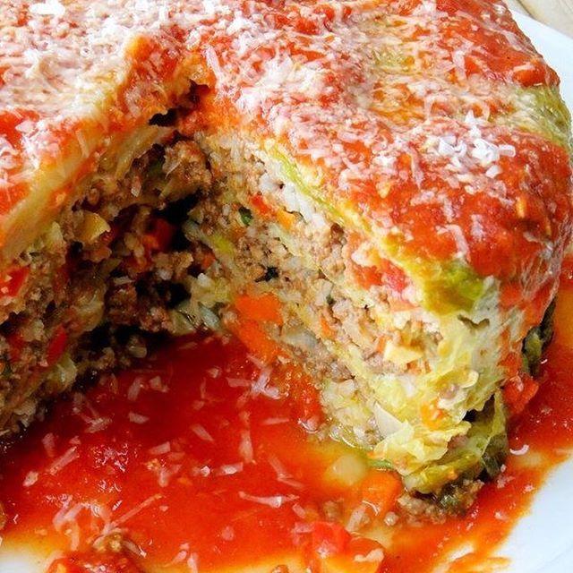 Col (repollo)relleno ingredientes 1 cabeza de col o repollo , tiene hojas bonitas de encaje 1 ½ libra de carne de res molida buena calidad o pavo 1 cebolla, cortada en cubitos 1 pimiento rojo pequeño, cortado en cubitos 2 zanahorias en cubitos, 4 dientes de ajo, picados ¾ de taza de queso parmesano ½ taza de salsa marinara (receta en mi galería) y un poco más para la parte superior del molde y enchapado 1 taza de arroz cocido 1 huevo 1 cda de aceite de oliva albahaca fresca picada y…