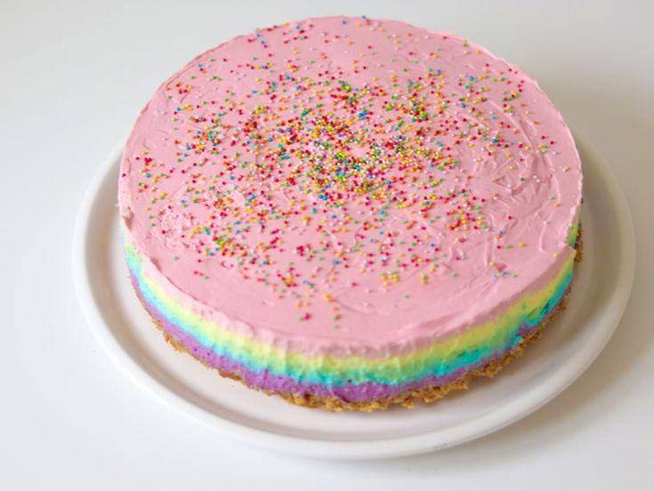 Recept regenboog cheesecake: Deze geweldige taart is niet alleen mooi, maar ook onwijs lekker. Zet er een plastic unicorn bovenop en dit is de ultieme taart voor een eenhoorn feestje!