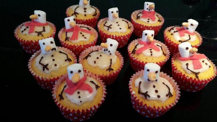 Mini cupcakes met gesmolten sneeuwpop van mini-marshmallow en  witte glazuur