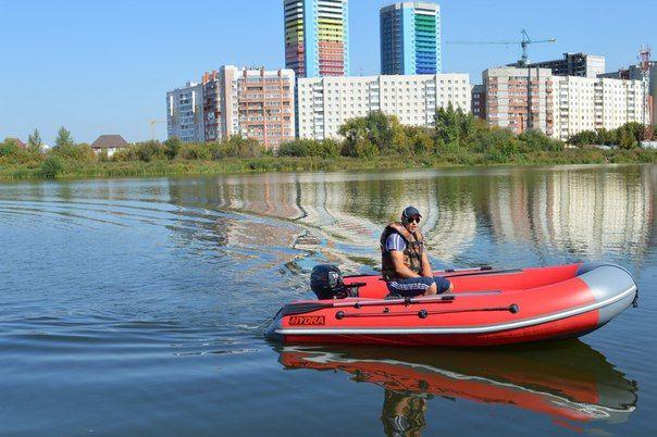 Надувные моторные лодки Нydra НДНД это высококлассные лодки с для любых условий эксплуатации. Обводы лодки позволяют двигаться на глиссировании комфортно , без захлёстывания волной на самых высоких скоростях. Размеры кокпита выгодно отличаются от конкур