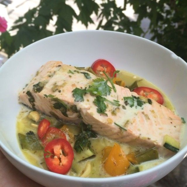 Try this low carb high fat #Leanin15 lunch Thai green curry salmon with cashew nuts Full of all sorts of fats to fuel your body and get you lean #DeezeNuts