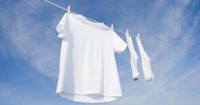 Grauwe was is heel makkelijk weer wit te maken met deze simpele tip. Het is misschien wel de grootste ergernis van ons allemaal. Je mooie witte overhemden of jurkjes worden na verloop van tijd grauw. En ieder wasmiddel belooft prachtige witte resultaten, terwijl het werkelijke resultaat, als je de was uit de wasmachine haalt, niet wit is! Toch kan ik je zeggen dat het helemaal niet moeilijk is om de meeste kledingstukken weer mooi wit te krijgen. Ik zeg de meeste kledingstukken, want er…