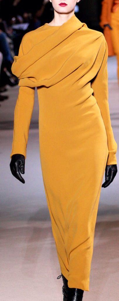 #Moda y #estilo: #vestido de color mostaza con corte asimétrico y escote drapeado.