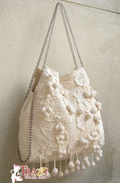 Catiele Crochê. Not that I could make this (I find crocheting tiresome) but I love how it looks and how the chain handles are incorporated into the design.