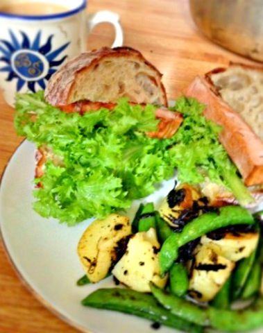 名古屋のアキタハムのレバーケーゼと東京のパーラー江古田のリュスティックで作った。付け合わせはスナップエンドウとじゃがいもを橄欖醬で炒めたもの。 - 4件のもぐもぐ - レバーケーゼのサンドイッチ by kumaneco7