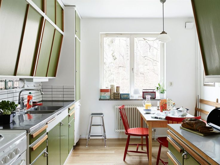 Autumn shades of red, green and white in the kitchen - Stadshem - Kök i original från -48