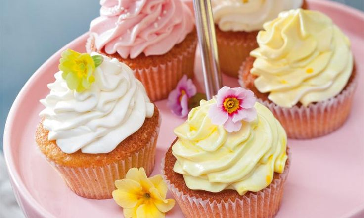 Lecker luftige Cupcakes mit Buttermilch im Teig, gefüllt mit selbst gemachtem Lemon Curd und verziert mit erfrischendem Zitronen-Frosting.