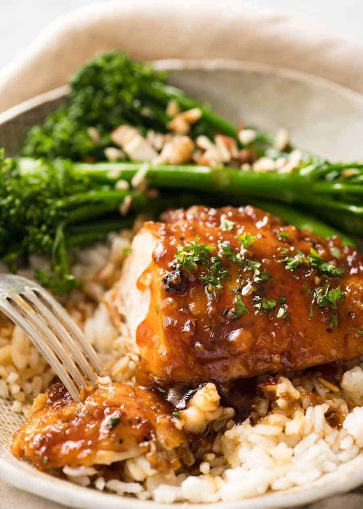 Miele Aglio Pollo con salsa servita su riso con broccolini al vapore