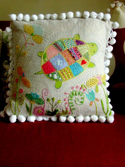 """Almohadón bordado con tortuga. Los colores son preciosos, y el bordado alrededor de la tortuga en el mismo color de la tela le da un toque muy """"patchwork""""."""