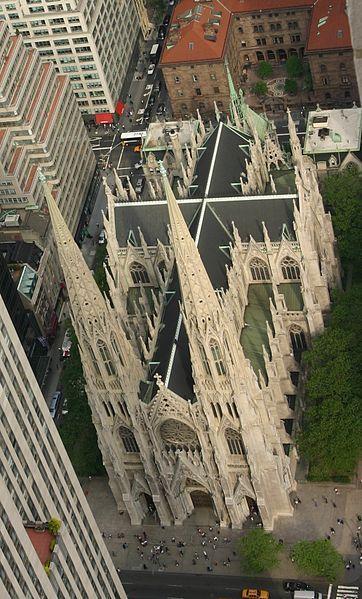 Catedral de São Patrício, em Nova York, NY, USA. Construída entre os anos de 1858 e 1878, em estilo neogótico, projetada pelo arquiteto James Renwick, Jr., situa-se em frente ao Rockefeller Center. A catedral foi designada, em 08/12/1976, um edifício do Registro Nacional de Lugares Históricos bem como, na mesma data, um Marco Histórico Nacional.