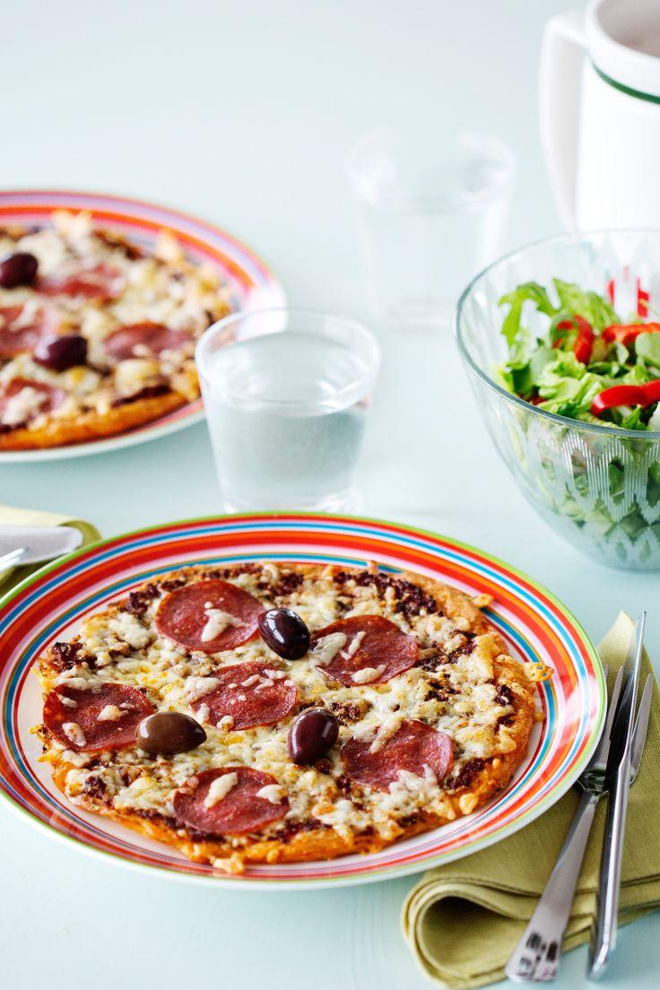 Ägg, ost, tomat och en gnutta oregano. Mer behövs inte för att snabbt sno ihop enklaste LCHF-pizzan. Den är precis lika god som den ser ut!