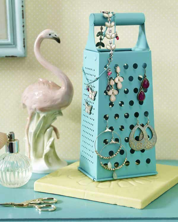 Küchenraspel zum Schminkständer umfunktioniert. Simple Idee mit großer Wirkung! #diy #schmuckständer #basteln