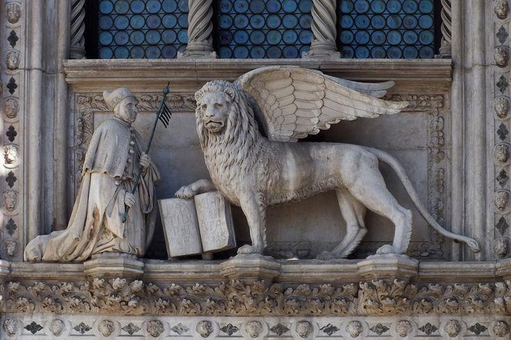 Венеция. Символ города — Лев святого Марка с раскрытой книгой
