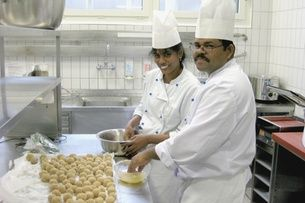 Two participants in a food service apprenticeship for refugees show off their creations. Launched in 2006 on a national level, the programme now continues to be run by canton Lucerne. (Hotel & Gastro Formation)
